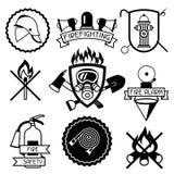 Uppsättning av emblem och etiketter med brandbekämpningobjekt Utrustning för brandskydd stock illustrationer
