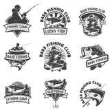 Uppsättning av emblemmallar för bas- fiske på vit backgroun royaltyfri illustrationer