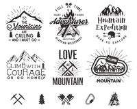 Uppsättning av etiketter för bergklättring, bergexpeditionemblem, tappning som fotvandrar konturlogoer och designbeståndsdelar Royaltyfri Foto