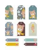 Uppsättning av etiketter med den roliga björnen med hatten och halsduken och julträdet royaltyfri illustrationer