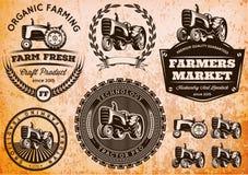 Uppsättning av etiketter med en traktor för boskap och skörd Royaltyfri Bild