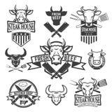 Uppsättning av etiketter med kohuvud Stekhus nytt nötkött, slaktare royaltyfri illustrationer