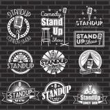 Uppsättning av etiketter och logoer för vit för show för standup komedi med svart bakgrund Vektoremblem och klistermärkear vektor illustrationer