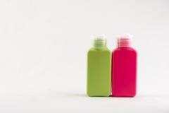 Uppsättning av färgplast-flaskor på vit bakgrund Royaltyfria Bilder