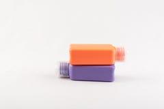 Uppsättning av färgplast-flaskor på vit bakgrund Royaltyfri Fotografi