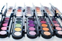 Uppsättning av färgrik ögonskugga i svarta askar Arkivfoto
