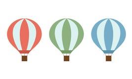 Uppsättning av färgrika ballonger för varm luft av röda gräsplan- och blåttfärger med en korg och rep som isoleras på vit bakgrun Arkivbild