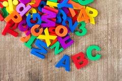 Uppsättning av färgrika bokstäver och nummer Arkivfoto