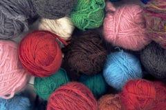Uppsättning av färgrika bollar för ullgarn Arkivfoto