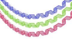 Uppsättning av färgrika slingrande banderoller som isoleras på vit Arkivfoton
