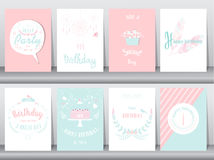 Uppsättning av födelsedagkort, affisch, mall, hälsningkort som är söta, ballonger, kaka, fjäder, vektorillustrationer Royaltyfri Fotografi