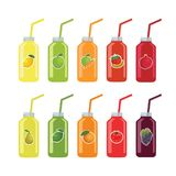 Uppsättning av flaskor med sugrör med frukt och grönsakfruktsaft på en w stock illustrationer