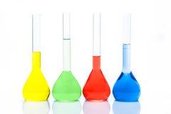 Uppsättning av flatbottnade flaskor med färgflytande Royaltyfri Fotografi