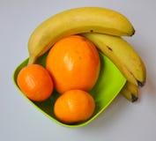 Uppsättning av frukter i en grön platta royaltyfria bilder