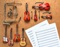 Uppsättning av fyra gitarrer, fem guld- mässingsfyra musikaliska orkesterinstrument för rad för vind och Royaltyfri Fotografi