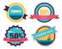 Uppsättning av fyra retro etiketter för sommarförsäljning Arkivbilder