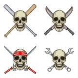 Uppsättning av fyra skallar med olika objekt Skalle med slagträn, skiftnycklar, svärd och macheten som isoleras på vit bakgrund Arkivfoton