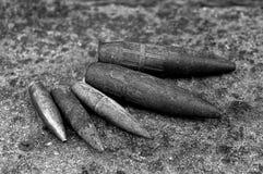 Uppsättning av gamla gråa kulor på stenen arkivfoton