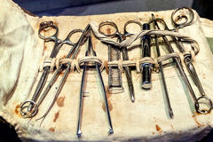 Uppsättning av gammalt, kirurgiska instrument för tappning royaltyfri illustrationer