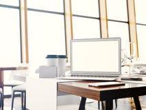 Uppsättning av generiska designbärbar dator, businesscards, smartphone och mellanrumscoffekoppar på tabellen i modern kaféinre 3d Arkivfoto