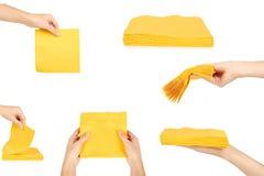 uppsättning av gula servetter för fyrkantig stång, kvinnahand som isoleras på vit bakgrund Fotografering för Bildbyråer