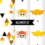 Uppsättning av gulliga halloween modeller med spindlar, slagträet och trianglar på vit bakgrund Prydnad för textil och inpackning royaltyfri illustrationer