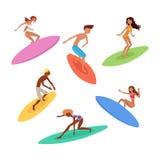 Uppsättning av gulliga surfare med surfingbrädor Surfa tecken Royaltyfria Bilder