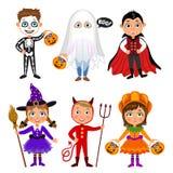 Uppsättning av gulliga tecknad filmbarn i halloween dräkter stock illustrationer