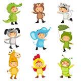 Uppsättning av gulliga ungar som bär djurdräkter Alligator björn, katt, stock illustrationer