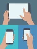 uppsättning av händer som rymmer den digitala minnestavlan och mobiltelefonen royaltyfri fotografi