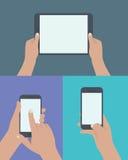 uppsättning av händer som rymmer den digitala minnestavlan och mobiltelefonen Royaltyfria Foton