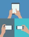 uppsättning av händer som rymmer den digitala minnestavlan och mobiltelefonen vektor illustrationer
