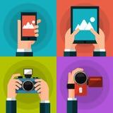 Uppsättning av händer som rymmer den smarta telefonen, minnestavla, video Royaltyfria Bilder