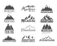 Uppsättning av hand drog bergemblem Etiketter för typografi för gammal stil för vildmark Effekt för Rubber stämpel för boktrycktr Arkivbild