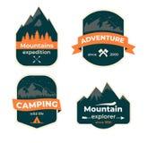Uppsättning av hand drog loppemblem Campa etikettbegrepp Designer för bergexpeditionlogo royaltyfri illustrationer