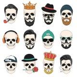 Uppsättning av hipsterskallar med hår, kronor, hattar, hörlurar, etc. royaltyfri illustrationer