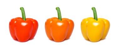 Uppsättning av isolerad skivad paprika Röd, gul och orange paprika Arkivbilder