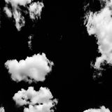 Uppsättning av isolerade moln över svart bakgrund bakgrundsdesignelement fyra vita snowflakes Vit isolerade moln Utklipp utdragna Royaltyfria Bilder
