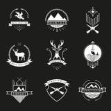 Uppsättning av jakt och att campa, fiska, arsenal- och skytts logo, em vektor illustrationer