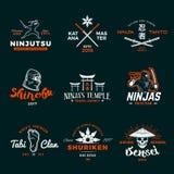 Uppsättning av Japan Ninja Logo Design för Ninjato svärdgradbeteckning Tappning shuriken emblemet Blandad kampsportturneringt-skj royaltyfri illustrationer