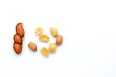 Uppsättning av jordnötter på vit bakgrund med kopieringsutrymme arkivfoton