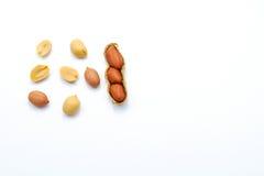 Uppsättning av jordnötter som isoleras på vit bakgrund med kopieringsutrymme fotografering för bildbyråer