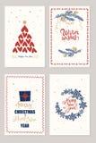 Uppsättning av julkort med önska, trädet för nytt år, giftboxes och feriegarnering över beige bakgrund Arkivbild