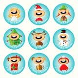 Uppsättning av jultecknad filmklistermärkear med gulliga barn i färgrika dräkter Arkivfoton