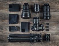 Uppsättning av kameran och fotografiutrustninglinsen, tripod, filte Royaltyfri Foto
