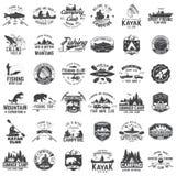 Uppsättning av kanoten, kajaken, fiske och det campa klubbaemblemet royaltyfri illustrationer