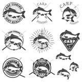Uppsättning av karpfiskeetiketter Designbeståndsdelar för etiketten, emblem fo vektor illustrationer