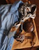 Uppsättning av kläder och tillbehör på en träbakgrund Royaltyfri Foto