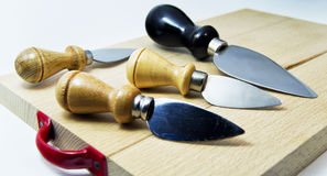 Uppsättning av knivar för italiensk typisk parmiggianoreggianoost Arkivbilder