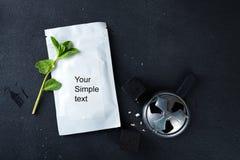 Uppsättning av kolkuber för vattenpiparör med mintkaramell- och tobakpacken på en svart konkret bakgrund med utrymme för text som royaltyfri foto